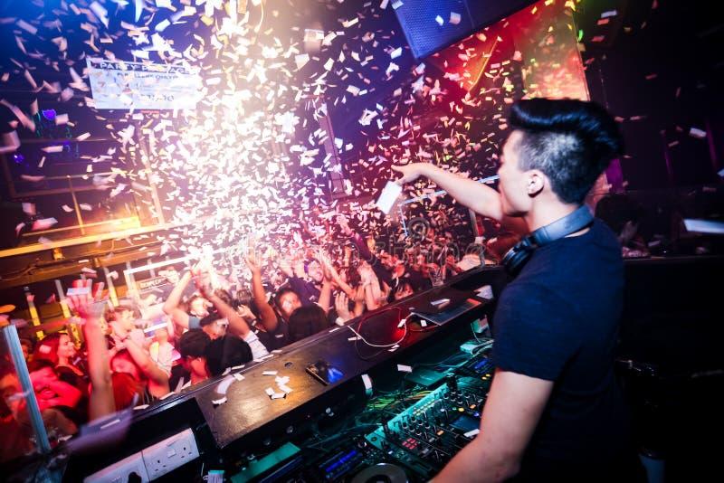 Confettien in een club worden geschoten die royalty-vrije stock afbeeldingen