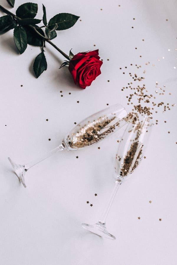 Confettiensterren in een glas champagne royalty-vrije stock foto's