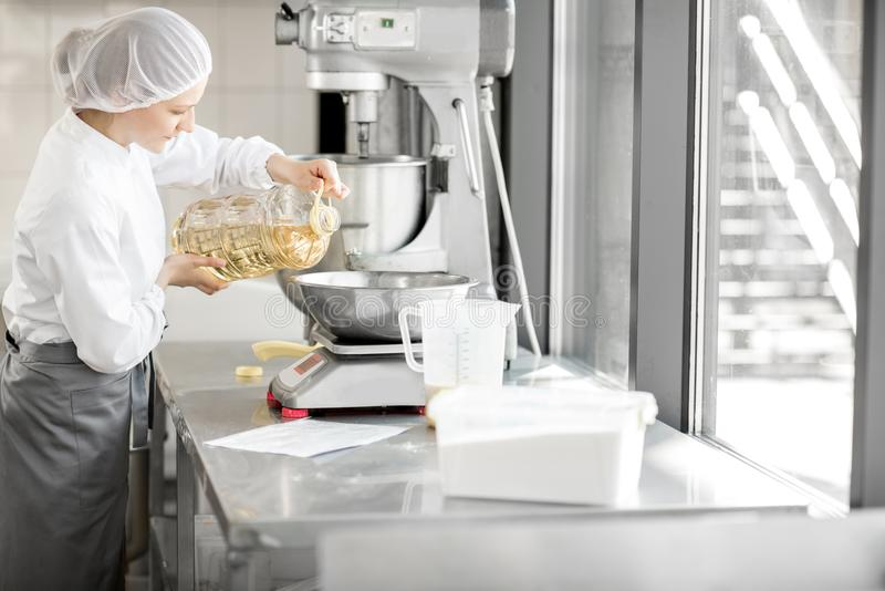 Confettiere che lavora alla fabbricazione del forno fotografia stock