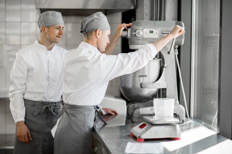 Confettiere che lavora nella fabbricazione del forno immagine stock libera da diritti