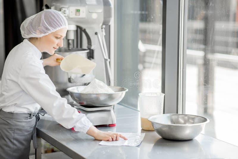 Confettiere della donna che lavora alla fabbricazione del forno fotografia stock libera da diritti