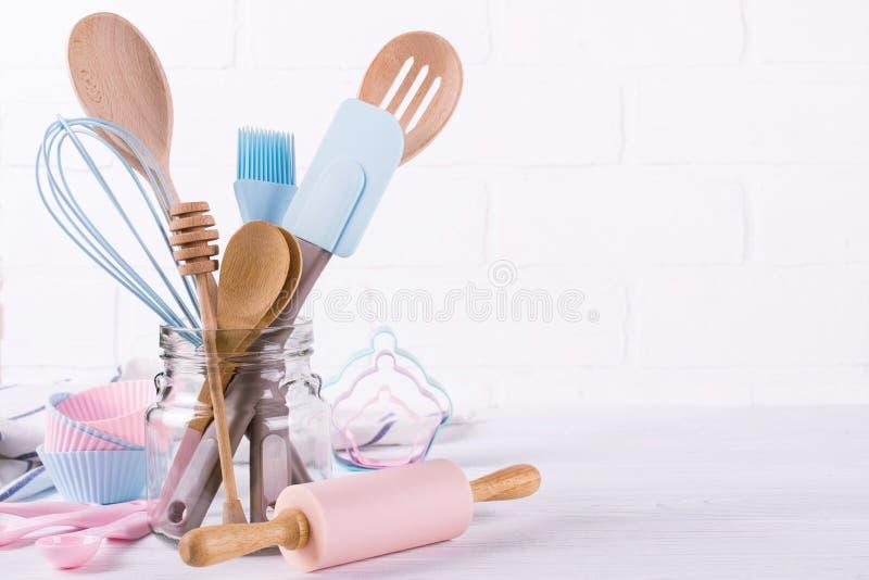 Confettiere, ingredienti alimentari ed accessori del posto di lavoro per produrre i dessert, fondo per testo fotografia stock