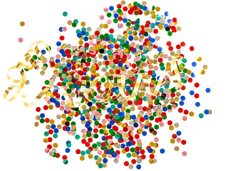 Confettis assortis colorés avec la serpentine d'or sur le backg blanc photographie stock libre de droits