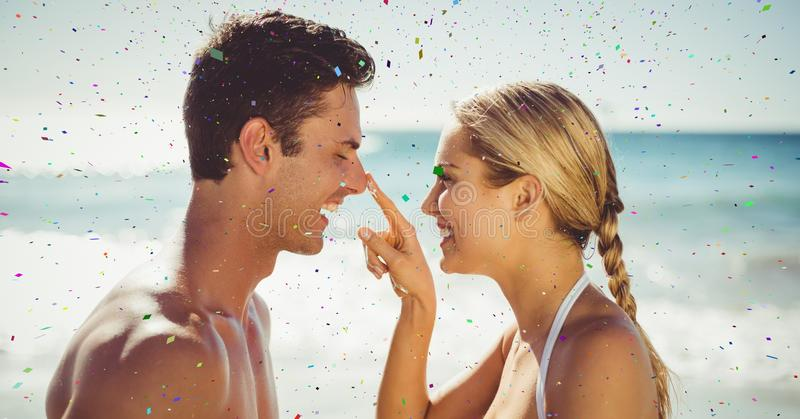 Confettis contre des couples sur la plage photos stock