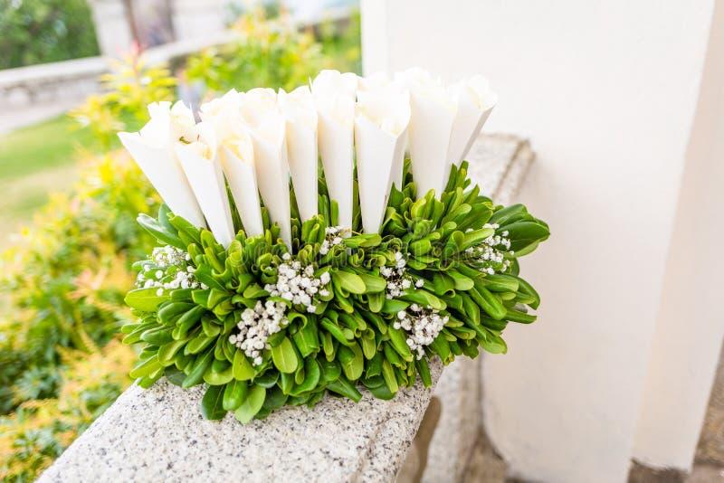 Confettis de mariage et riz de mariage photo stock