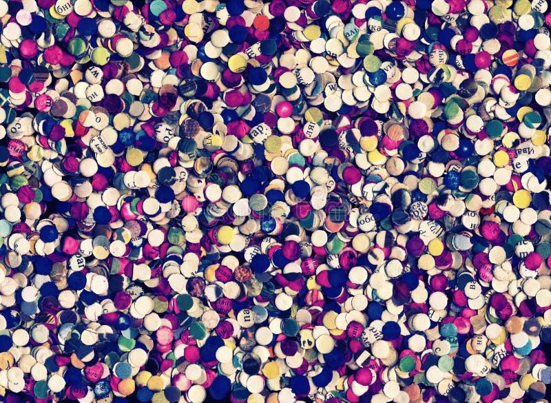 Confettis de papier ronds colorés faits de vieux livres utilisés réutilisés images stock