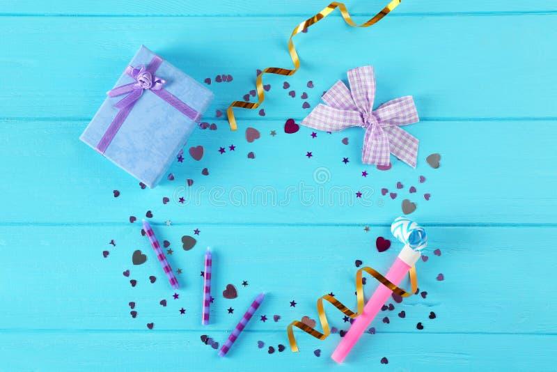 Confettis et boîte-cadeau lumineux images libres de droits