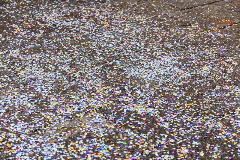 Confettis sur la rue photographie stock