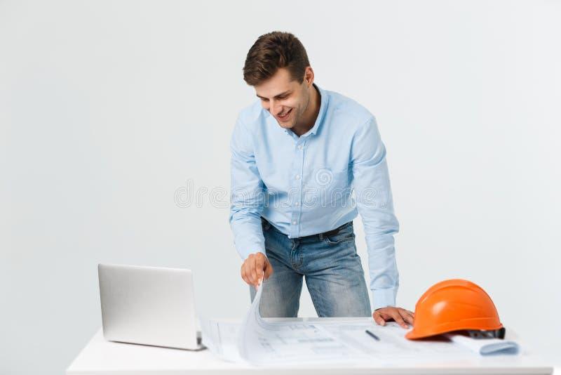 Confiado en su nuevo proyecto el ingeniero y el arquitecto jovenes sirven el trabajo en el ordenador portátil y la mirada de la c fotos de archivo libres de regalías