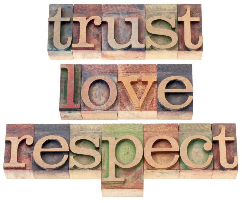 Confiança, amor, respeito no tipo de madeira imagem de stock