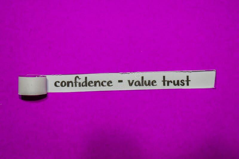 Confiança - conceito da confiança, da inspiração, da motivação e do negócio do valor no papel rasgado roxo imagens de stock royalty free