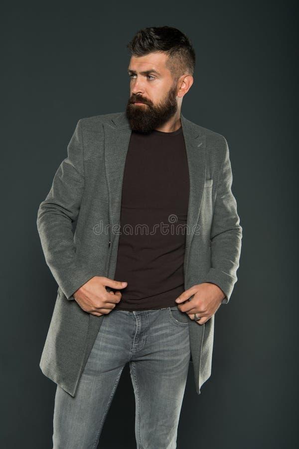 A confiança dos melhores cabelos Homem brutal com barba em forma e cabelo estilizado Hairy hipster com barba e bigode estilosas imagens de stock royalty free