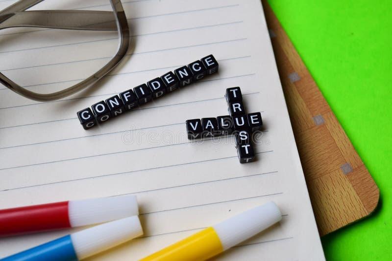 Confiança - mensagem da confiança do valor escrita em blocos de madeira conceitos da educação e da motivação imagens de stock royalty free