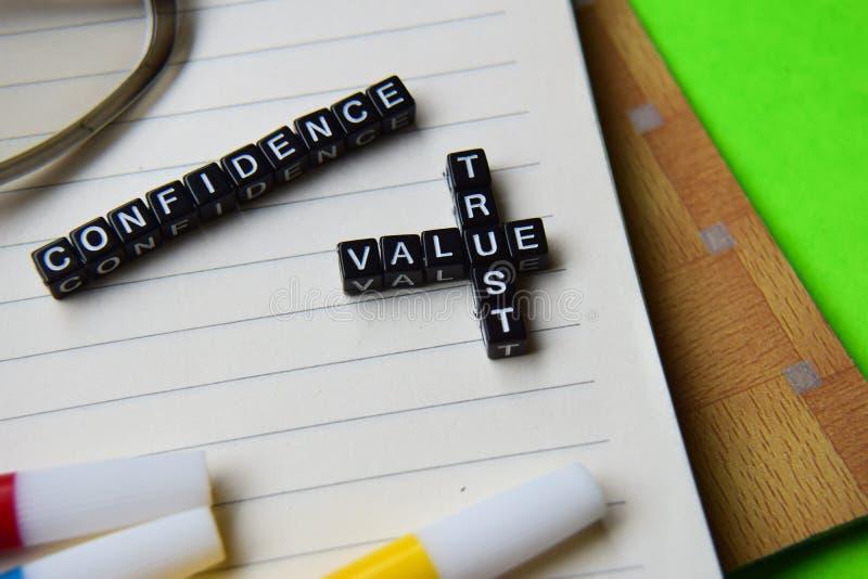 Confiança - mensagem da confiança do valor escrita em blocos de madeira conceitos da educação e da motivação imagem de stock