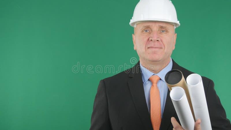 Confianza del ingeniero Image Smiling Pleased con el fondo verde imagen de archivo