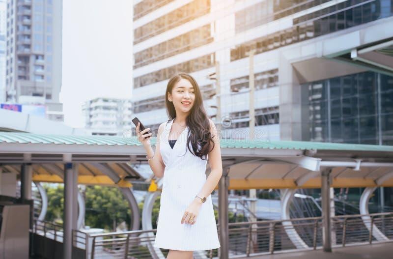 Confianza femenina del retrato feliz y que sonríe, mujer hermosa que camina en la ciudad imagenes de archivo