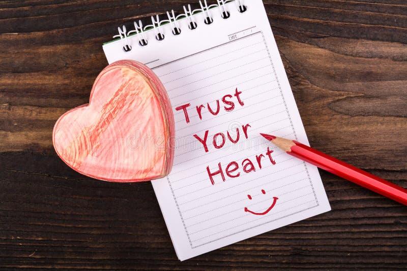 Confie seu coração escrito à mão fotos de stock