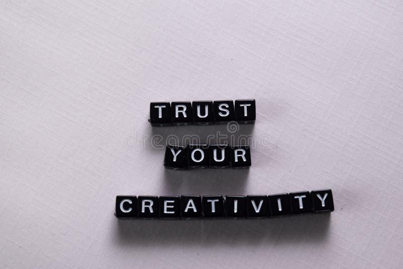 Confie sua faculdade criadora em blocos de madeira Conceito da motiva??o e da inspira??o foto de stock