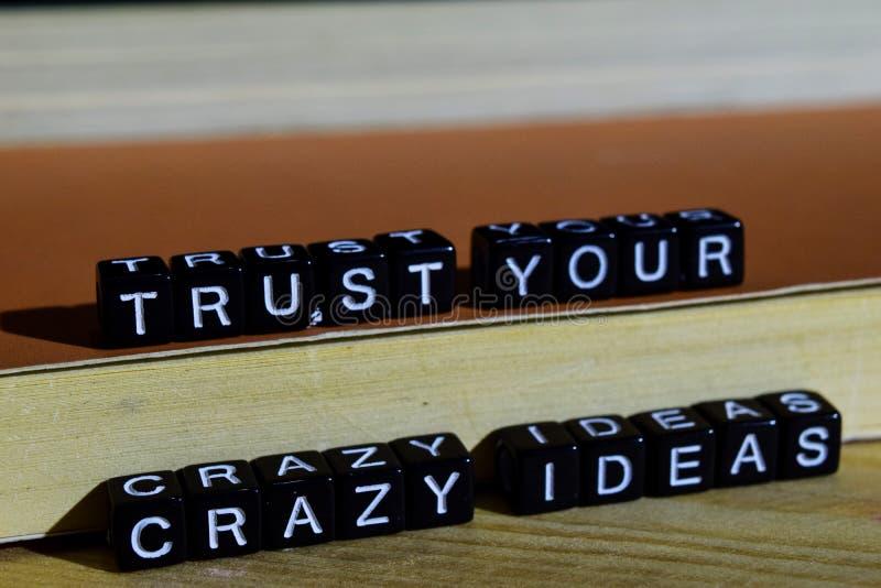 Confie suas ideias loucas em blocos de madeira Conceito da motivação e da inspiração foto de stock