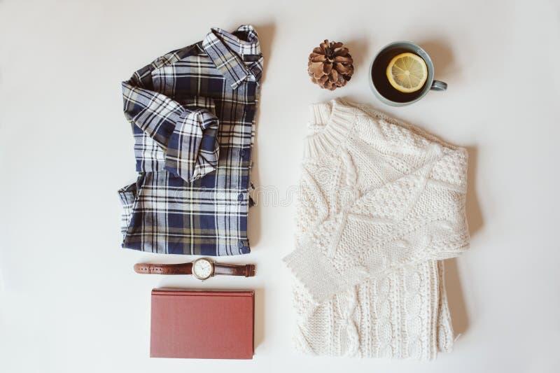 configuração ajustada do plano da forma ocasional da mulher Camisa de manta, camiseta feita malha, relógio e livro fotos de stock