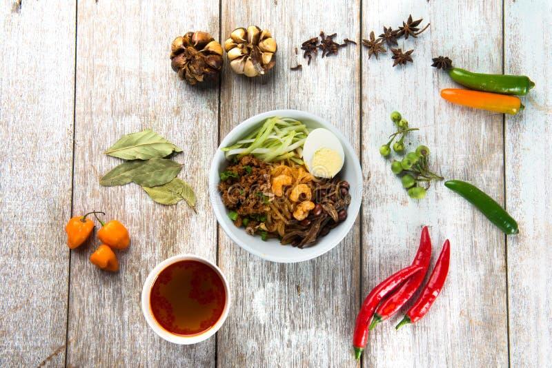 Configuração asiática do plano do alimento do mee da bandeja dos pimentões fotos de stock royalty free