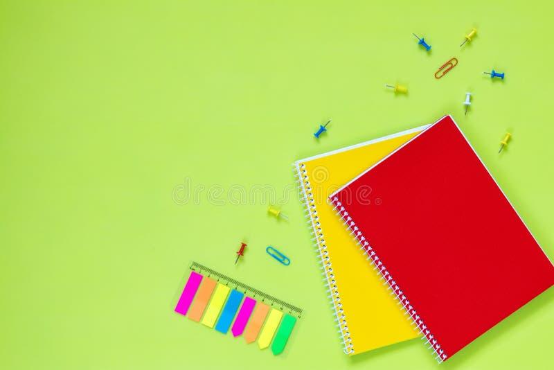 Configuração bonita do plano dos artigos de papelaria do escritório fotografia de stock