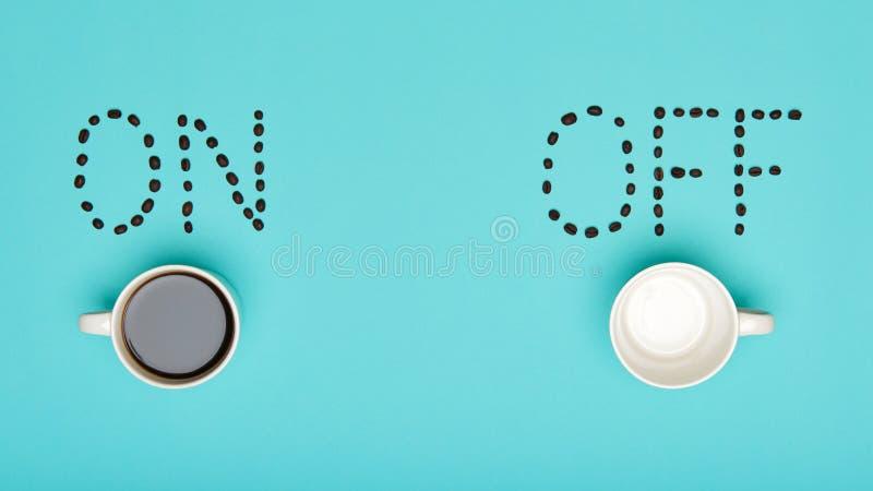 Configuração colorida cor pastel do plano do café do bom dia Motivação conceptual Xícara de café foto de stock royalty free