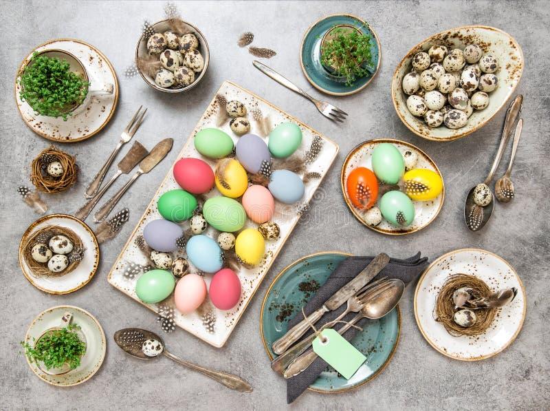 Configuração colorida decorações do plano dos ovos da tabela da Páscoa imagens de stock royalty free