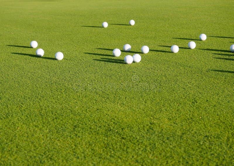 configuração das bolas de golfe no fundo da grama, o conceito do plano da vista superior de um esporte para o rico, luxuoso, apti imagens de stock royalty free