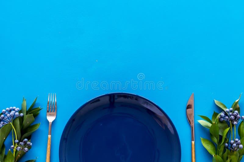 Configuração de tabela com placas e flatware no modo de exibição superior azul foto de stock