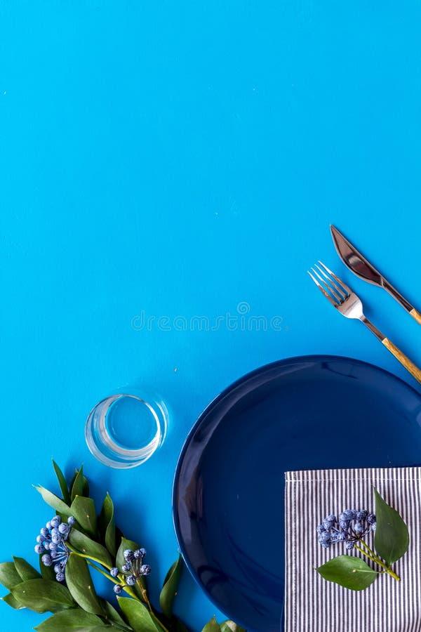 Configuração de tabela com placas e flatware no modo de exibição superior azul imagem de stock royalty free