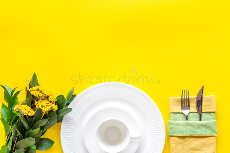 Configuração de tabela com pratos e flatware no modo de exibição superior amarelo fotos de stock royalty free