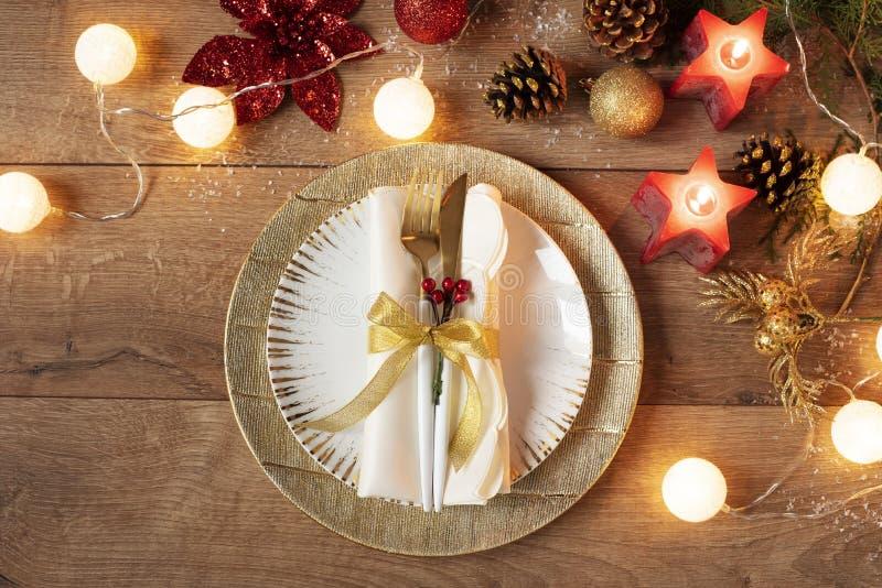 Configuração do local do jantar de Natal - Prados, Napkin, Cutlery, Decorações de Balas de Oak Sobre o fundo da mesa de Oak Fork  imagem de stock