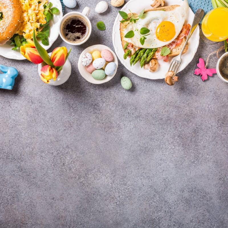 Configuração do plano do café da manhã do feriado da Páscoa imagem de stock