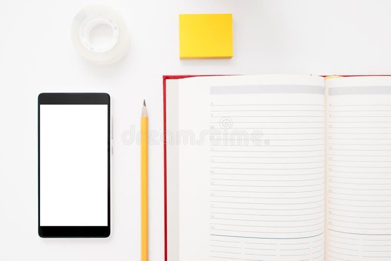 Configuração do plano de Smartphone, do caderno, do lápis e das etiquetas foto de stock