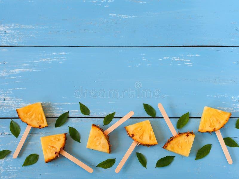 Configuração do plano do picolé do abacaxi da fatia imagem de stock royalty free
