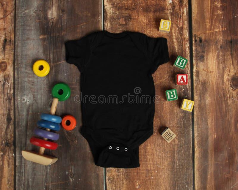 Configuração do plano do modelo da camisa preta do bodysuit do bebê fotos de stock royalty free