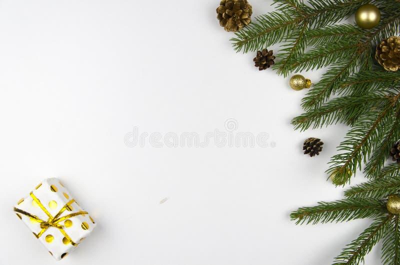 A configuração do plano do modelo do Natal denominou a cena com árvore e decorações de Natal Copie o espaço imagens de stock royalty free