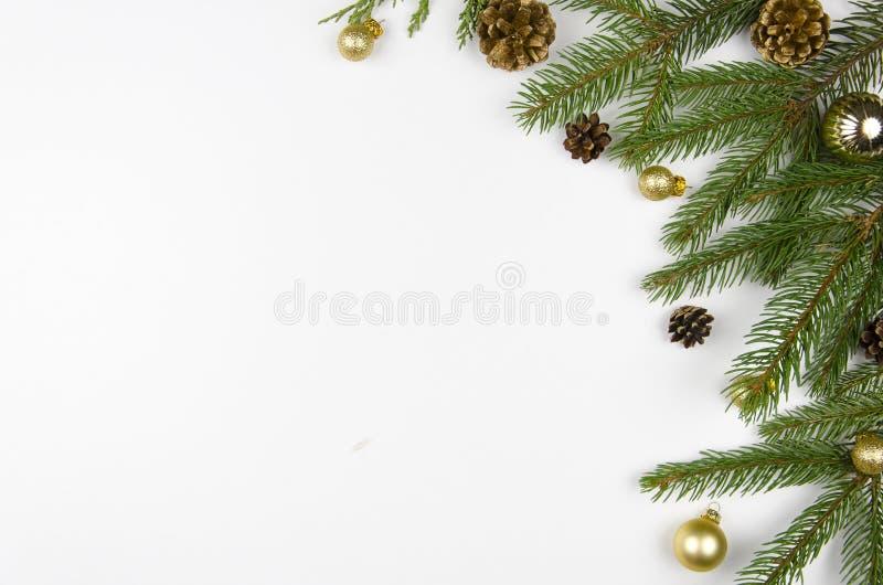 A configuração do plano do Natal denominou a cena com os galhos sempre-verdes da árvore, as decorações do Natal e o espaço da cóp foto de stock royalty free