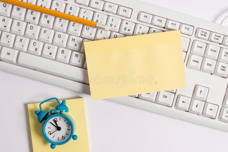 Configuração lisa acima do papel de nota vazio nos lápis e no pulso de disparo do teclado do PC Imagem do conceito do negócio com imagem de stock royalty free