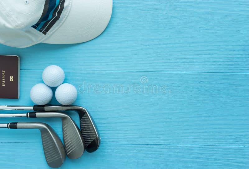 Configuração lisa: Clubes de golfe, bolas de golfe, tampão, passaporte fotos de stock royalty free