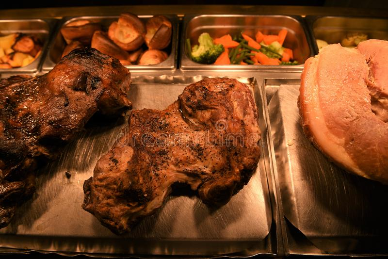 Configuração lisa com pé inteiro do assado de junções do cordeiro e da carne de carneiro da carne com vegetais imagem de stock