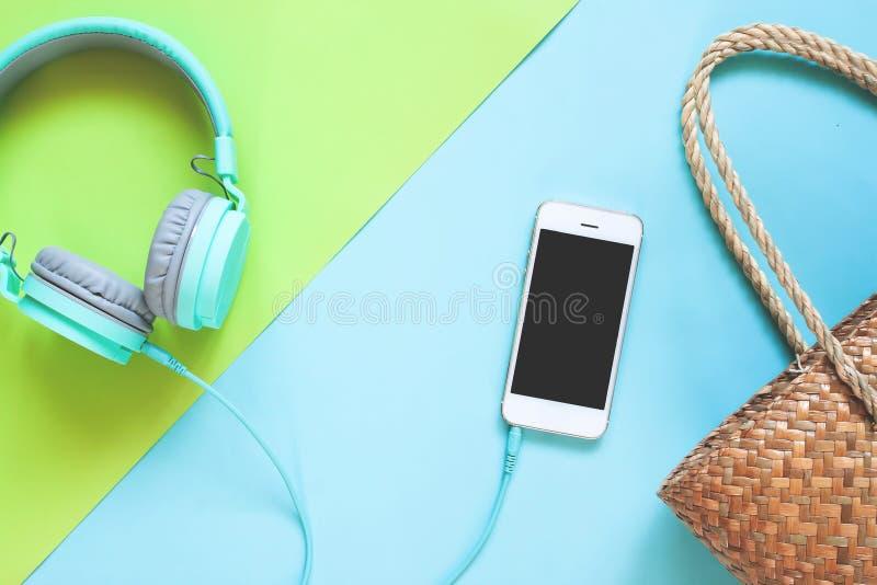 Configuração lisa criativa da coleção do verão com o telefone esperto na cor fotografia de stock royalty free