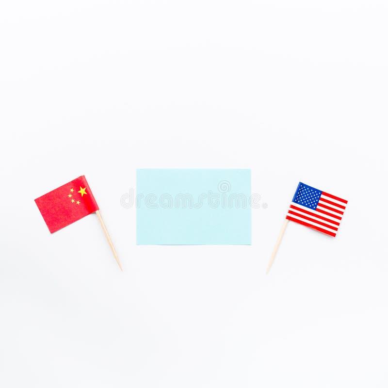 Configuração lisa criativa da vista superior da bandeira de China e de EUA, do modelo e do espaço da cópia no fundo branco no est imagem de stock royalty free