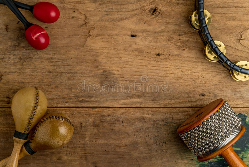 Configuração lisa da percussão latino na mesa de madeira imagens de stock royalty free