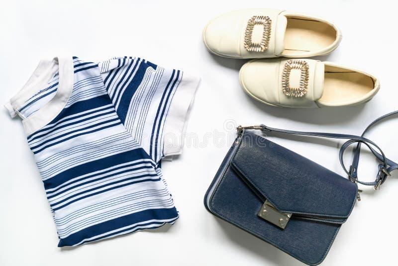 Configuração lisa da roupa e dos acessórios da mulher ajustados com sapatas, bolsa Fundo f?mea da forma na moda imagem de stock royalty free
