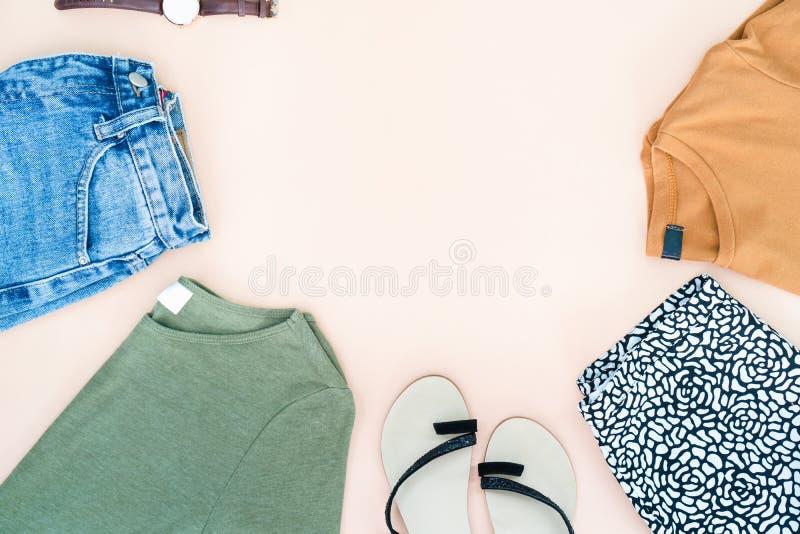 Configuração lisa da roupa e dos acessórios da mulher ajustados com sapatas, relógio fotos de stock