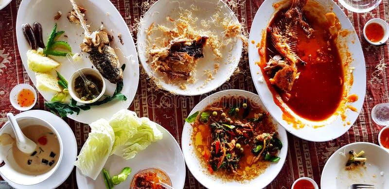 Configuração lisa de muitas sucatas do alimento no prato que os povos comem saido sobre na mesa de jantar após o tempo do almoço imagens de stock royalty free