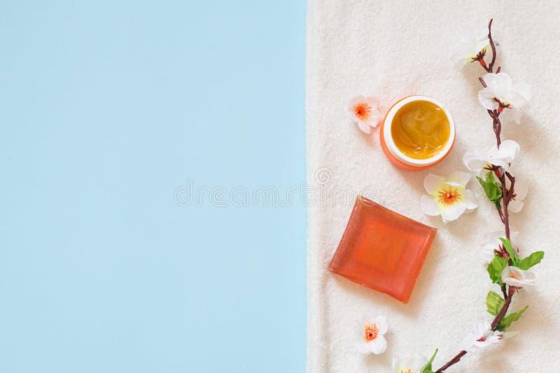 Configuração lisa de produtos dos cosméticos e de acessórios diferentes das flores pequenas do creme e do sabão e as brancas foto de stock royalty free