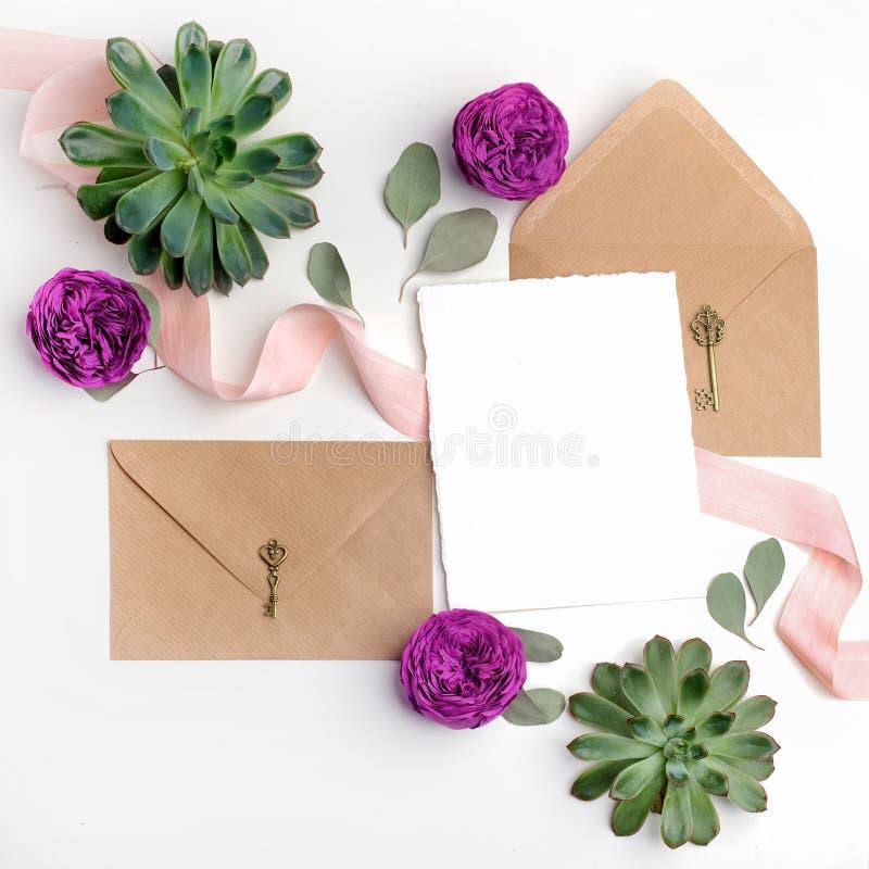 A configuração lisa disparou do envelope de papel da letra e do eco no fundo branco Cartões ou carta de amor do convite do casame fotos de stock royalty free